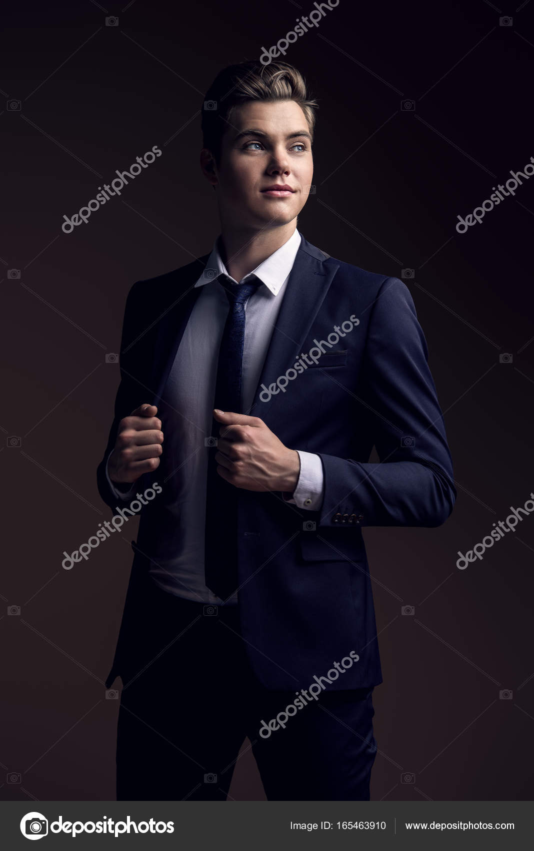 c0e3baa3e5d7 κλασσικό ανδρικό κοστούμι — Φωτογραφία Αρχείου © prometeus  165463910