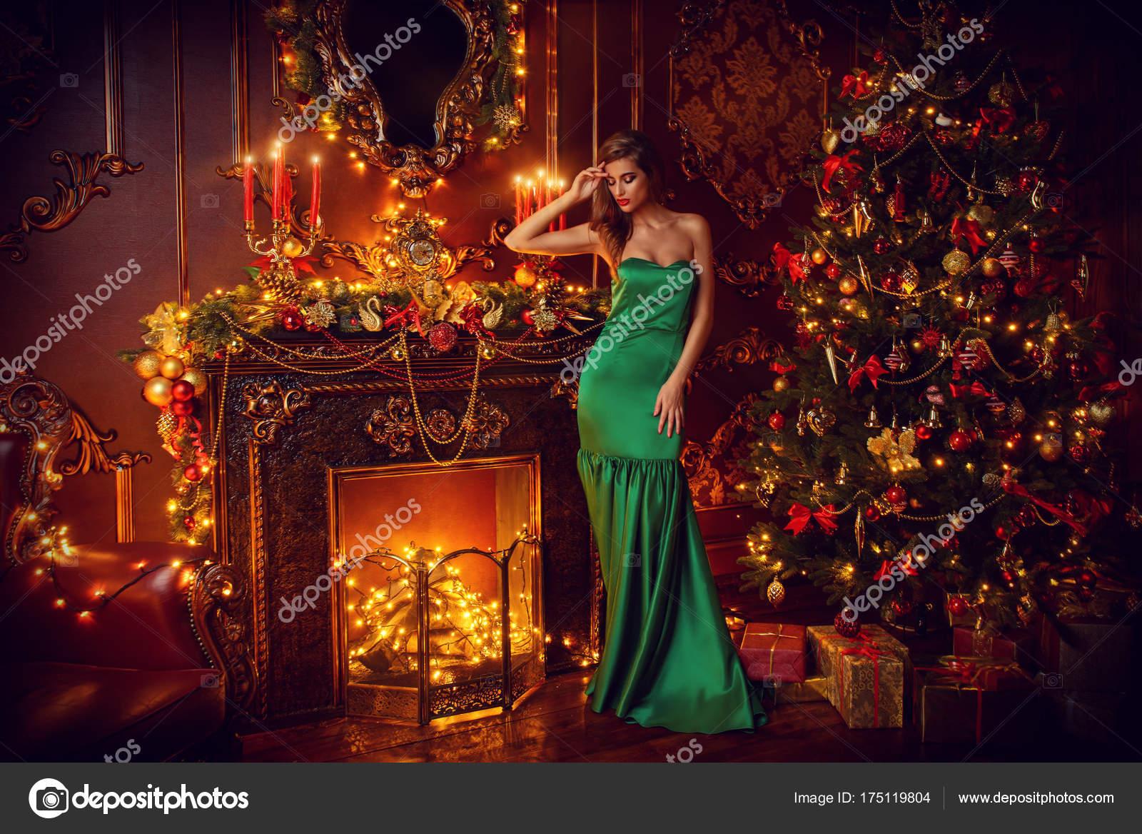 sexy Frau Kaminfeuer — Stockfoto © prometeus #175119804