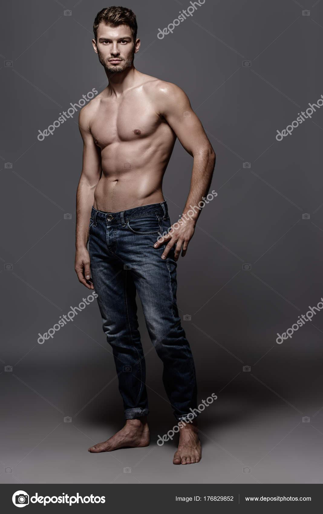 Joven en jeans — Foto de Stock 34055270e3b