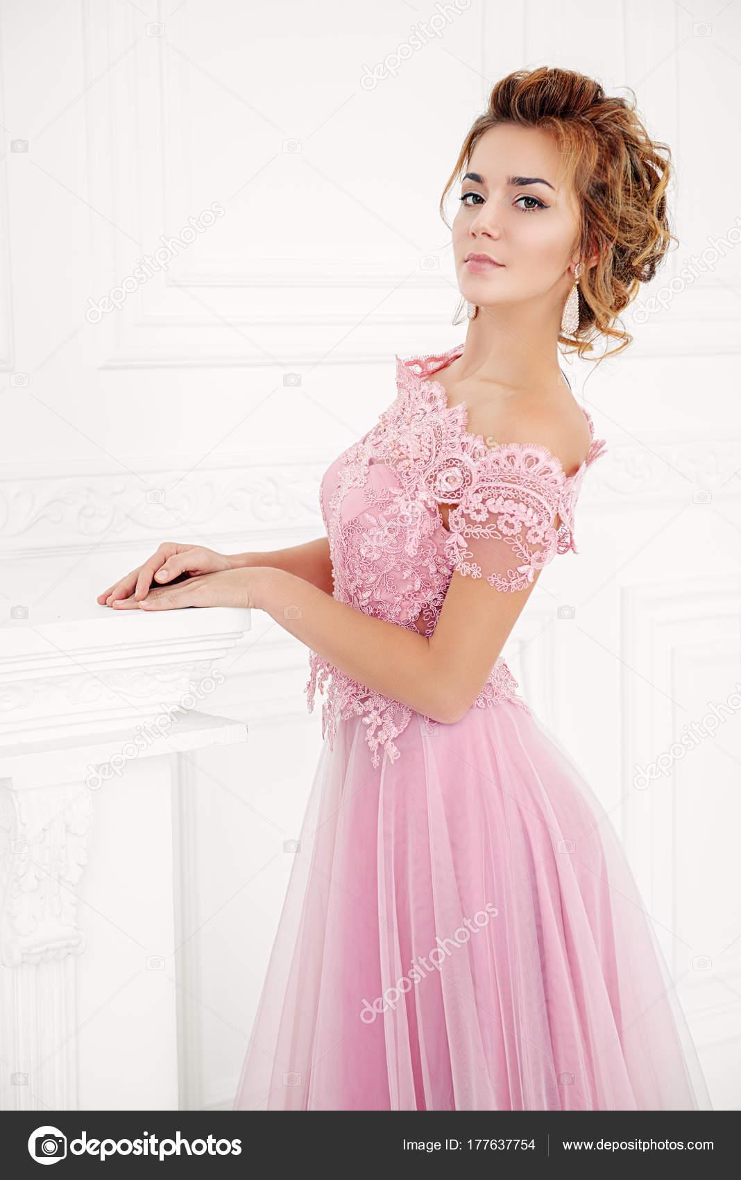 vestido de noche color rosa — Fotos de Stock © prometeus #177637754