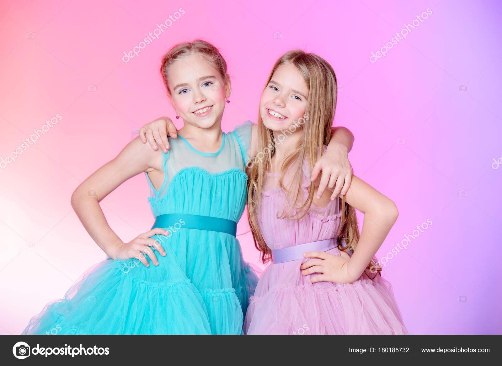 маленькие девочки Два очень маленьких девочек, одетые в красивые Праздничные платья. Детская  мода концепция — Фото автора prometeus
