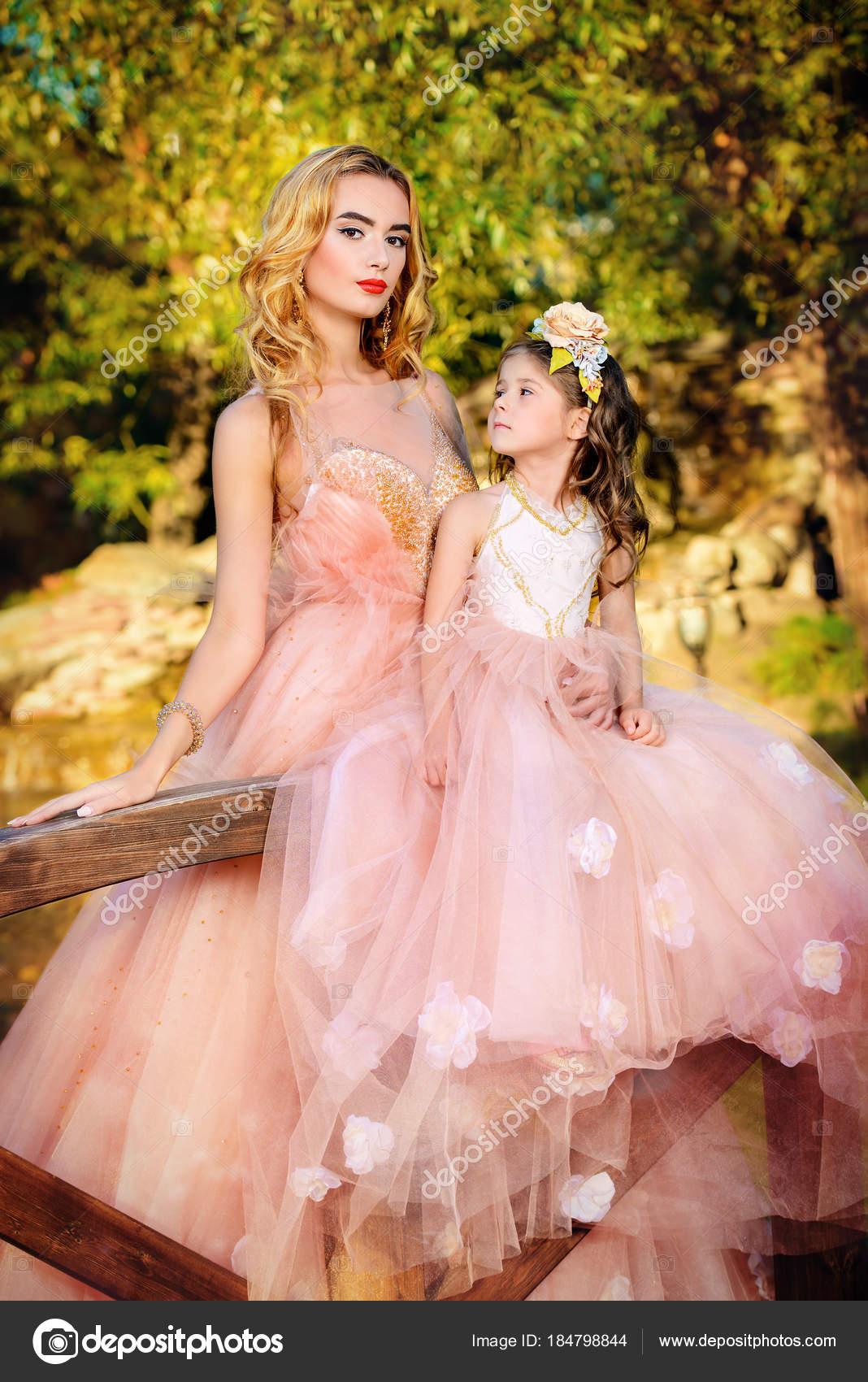 madre e hija en vestidos — Foto de stock © prometeus #184798844
