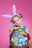 Fotografie Tochter mit bemalten Eiern