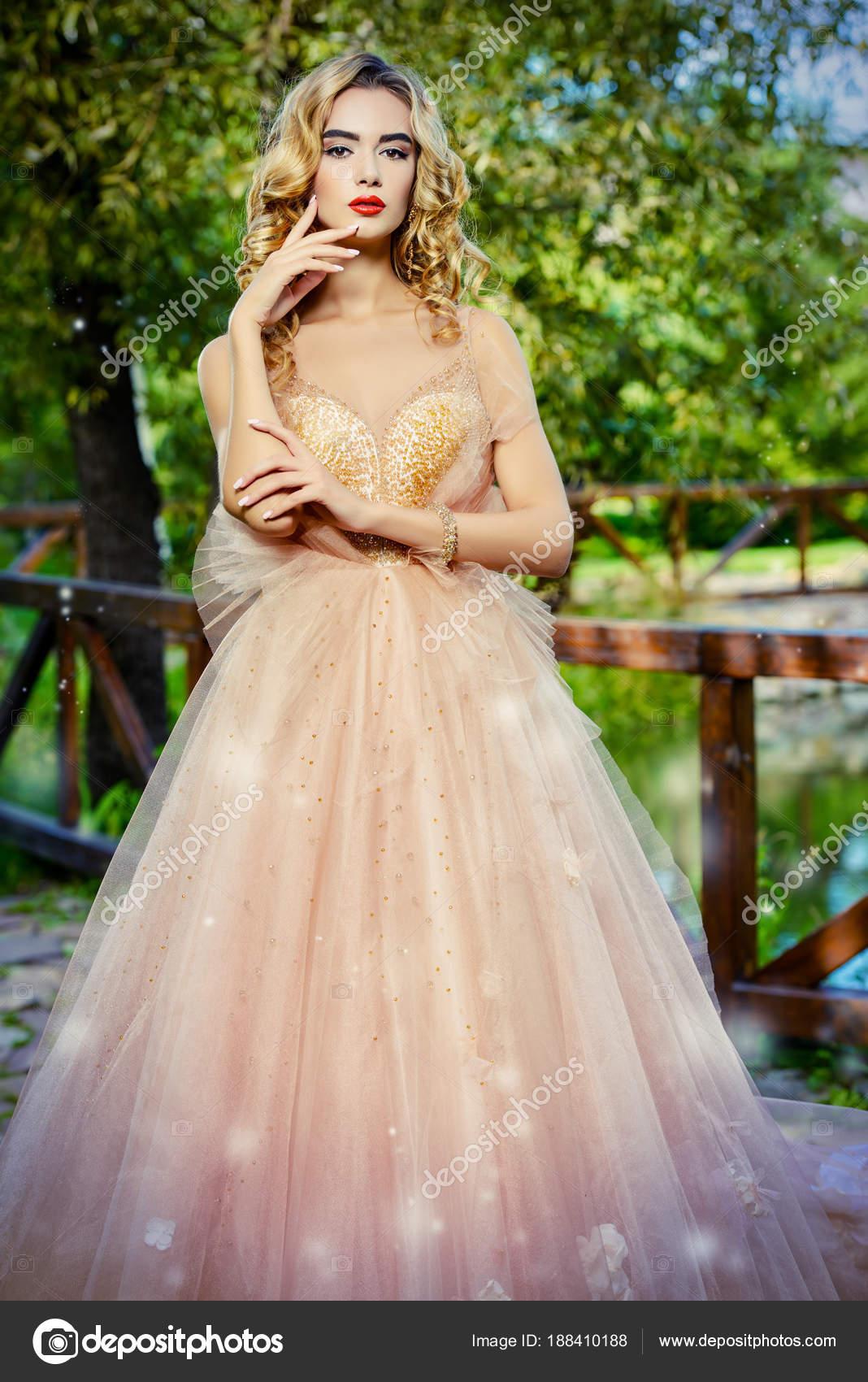 d6062de056a0 dívka v šatech broskvové — Stock Fotografie © prometeus  188410188