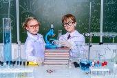 gli studenti fanno esperimenti
