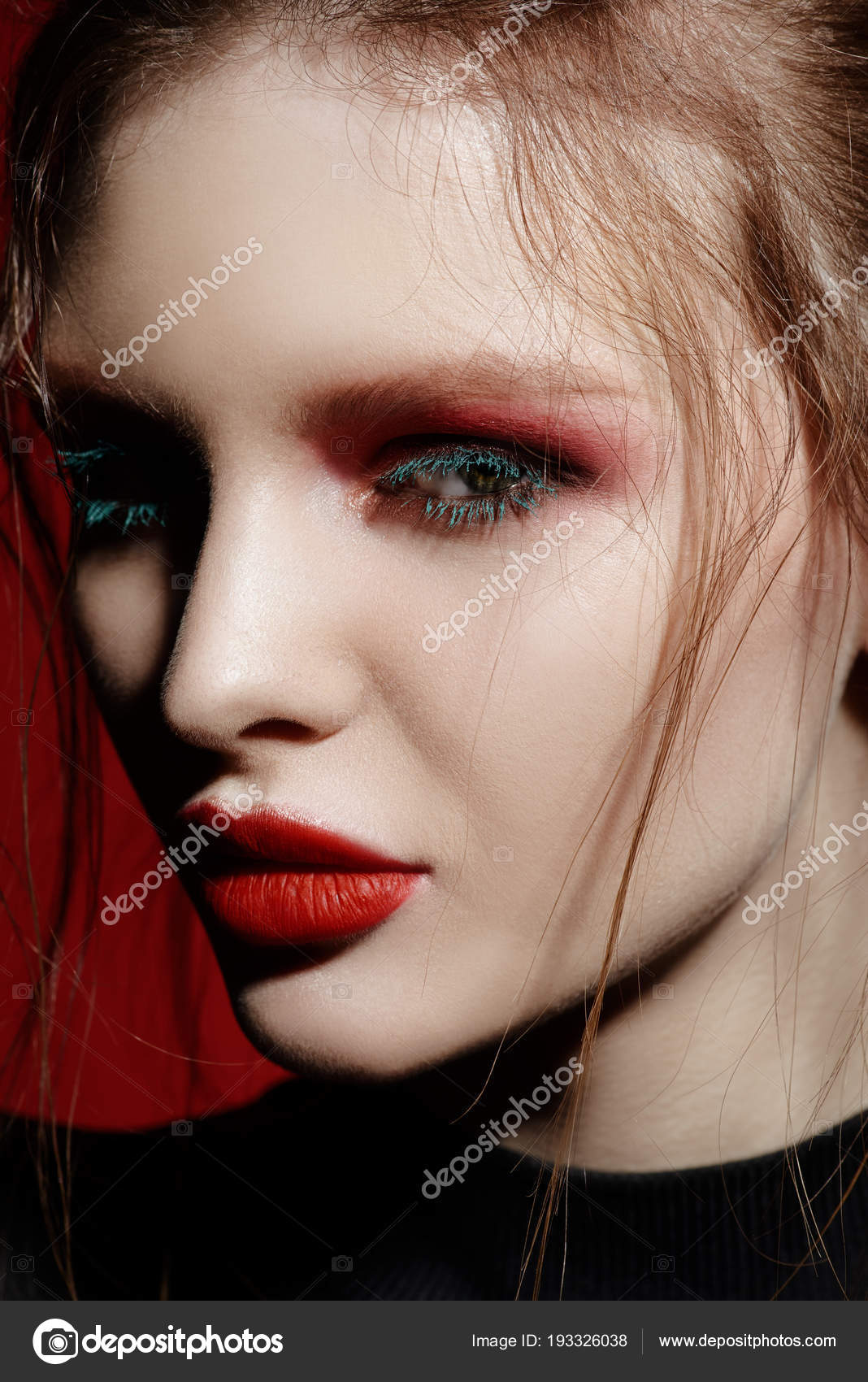 Concetto di moda e make,up. Ritratto del primo piano di una giovane donna  attraente con trucco creativo sopra priorità bassa rossa \u2014 Foto di prometeus