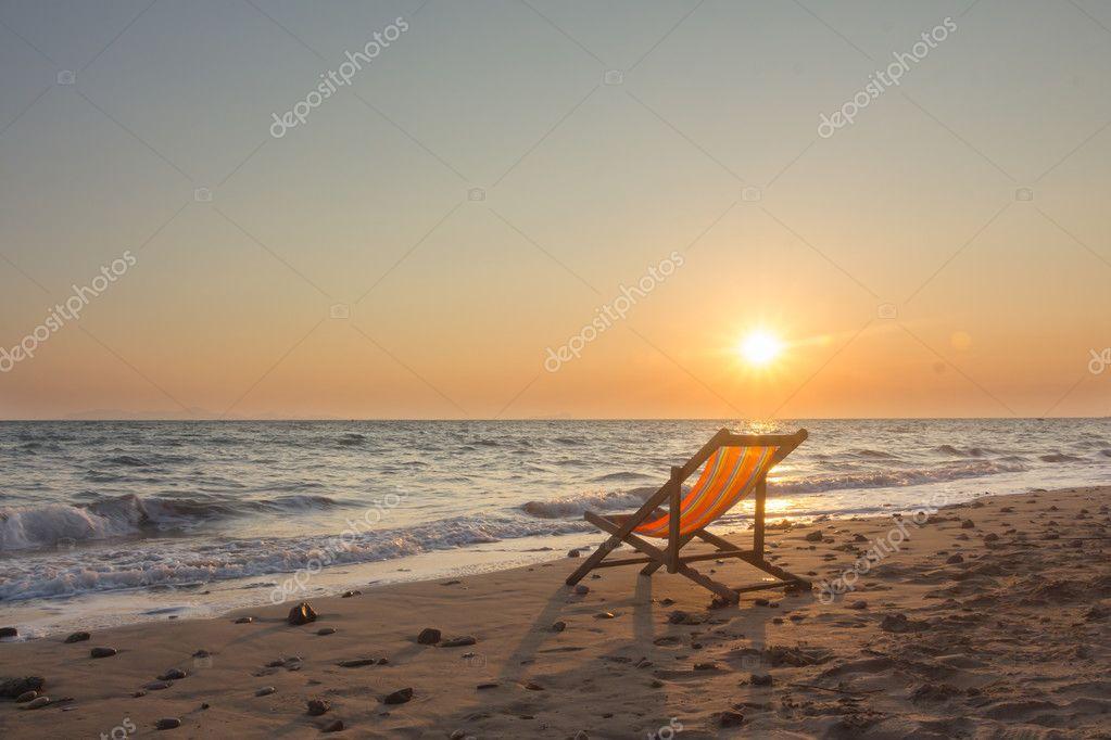 Strandkorb sonnenuntergang  Strandkorb mit Sonnenuntergang — Stockfoto © sexlim #128060716
