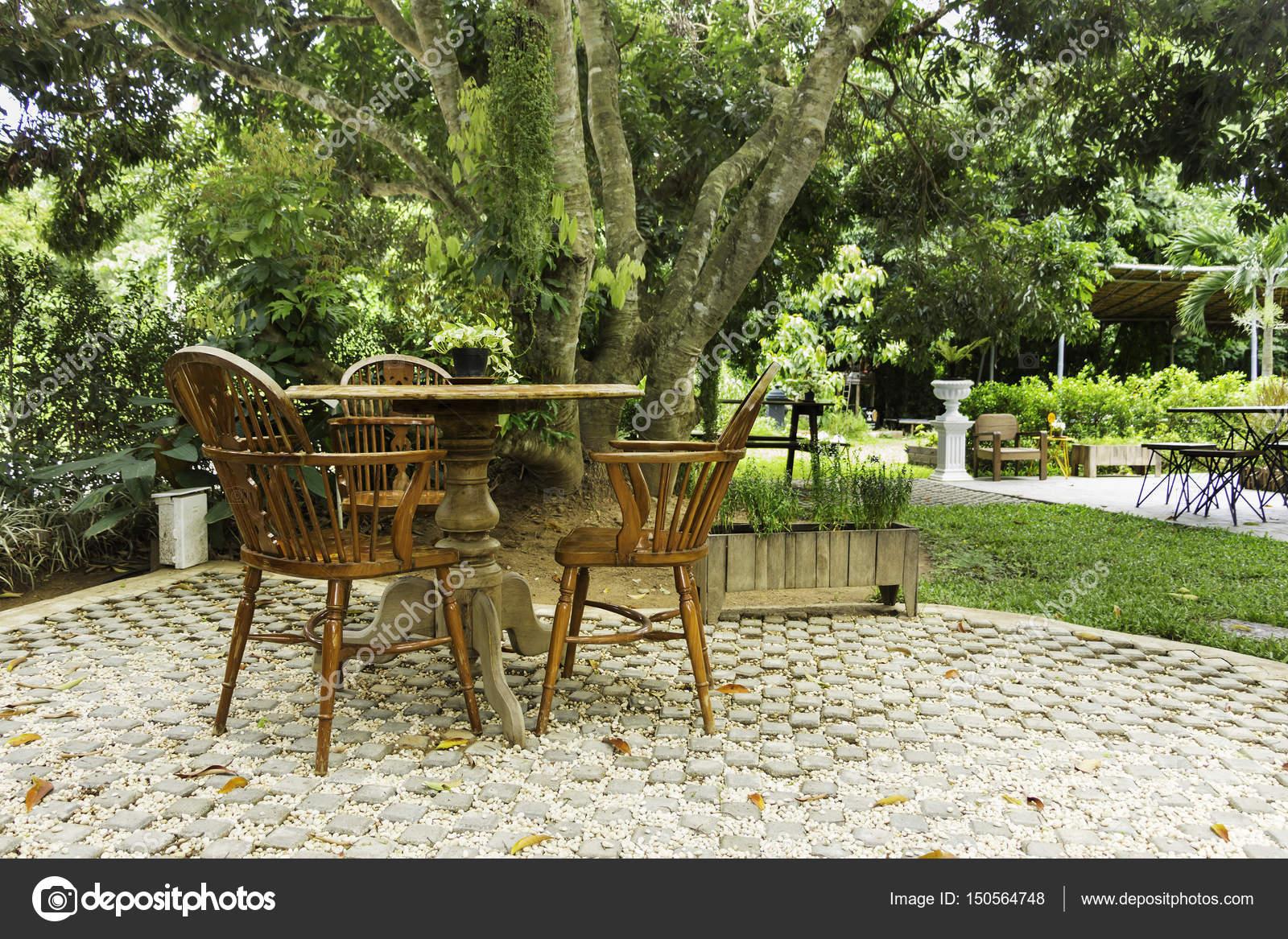 Mesa de madera y sillas en el césped en el jardín — Fotos de Stock ...