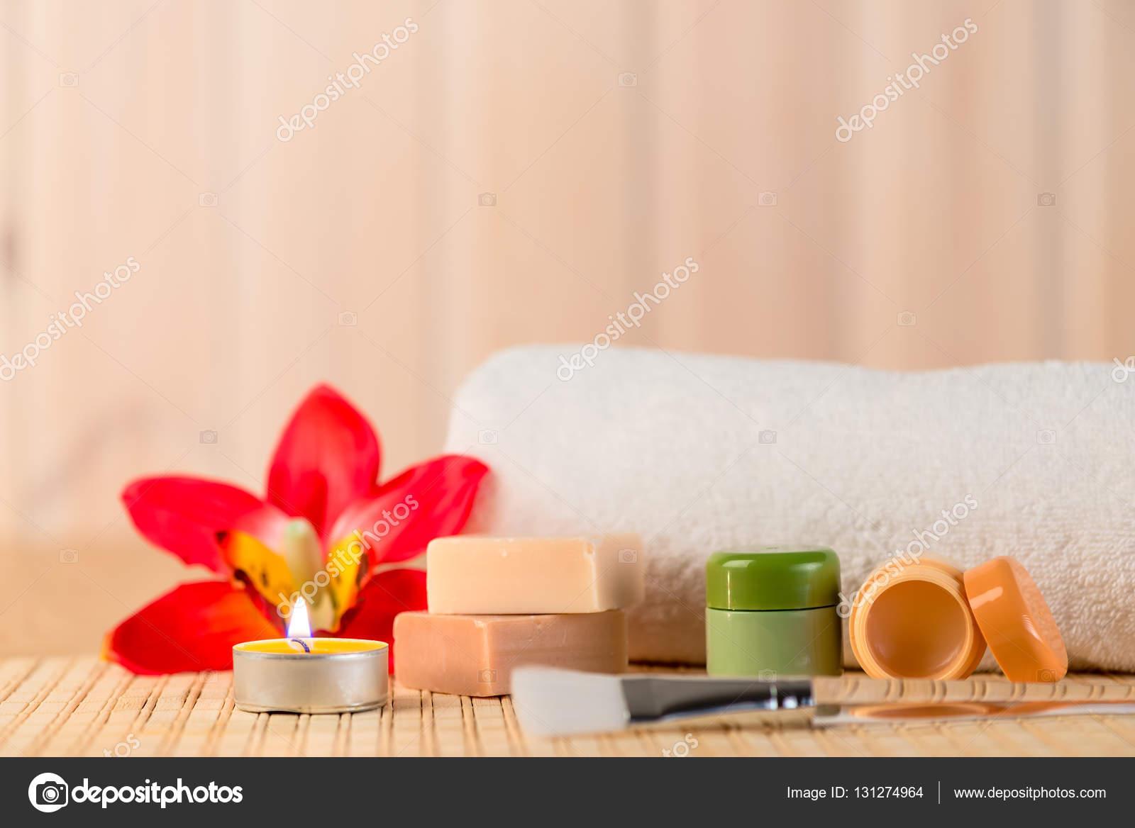 Camera Da Letto Romantica Con Candele : Cosmetici per spa in un ambiente romantico con le candele u foto