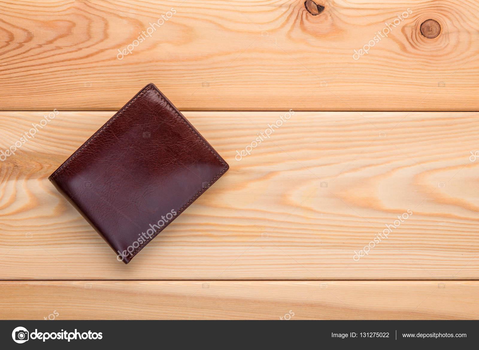 85e5c70a4f Ανδρικό κλασικό πορτοφόλι καφέ χρώμα σε το closeup ξύλινο πάτωμα– εικόνα  αρχείου