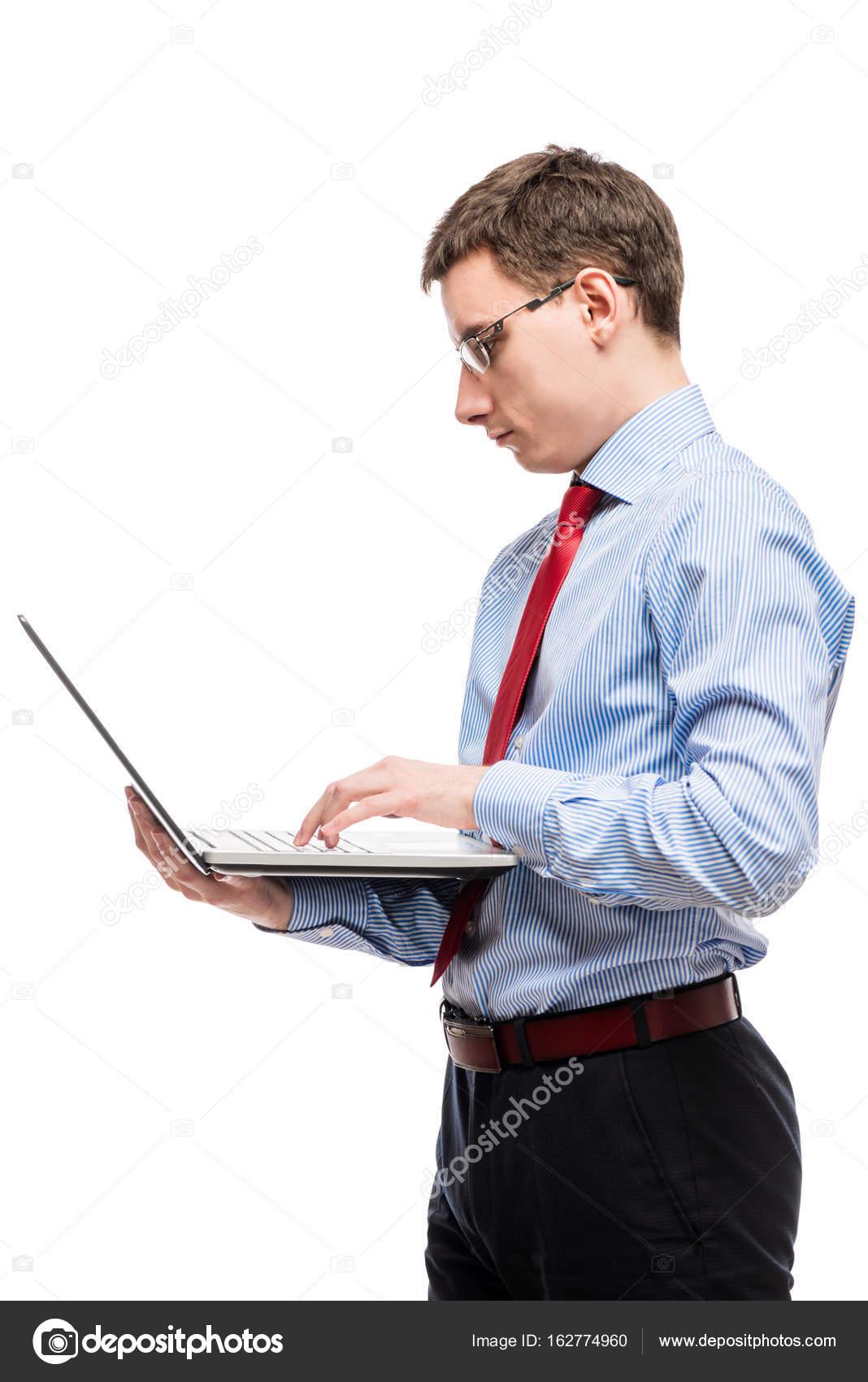 Retrato vertical de un jefe contable en vasos con un ordenador ...
