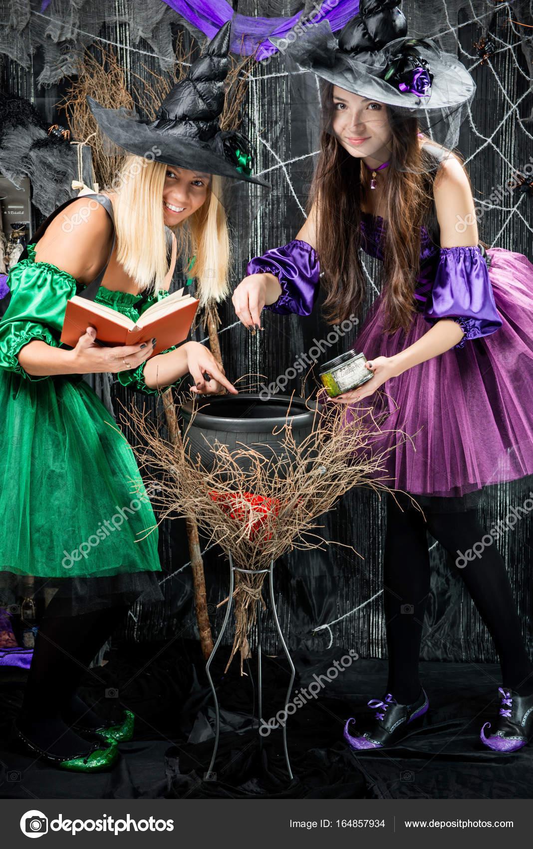 Hexen in ihre Hüte Brauen Tränke in einem Kessel — Stockfoto ...