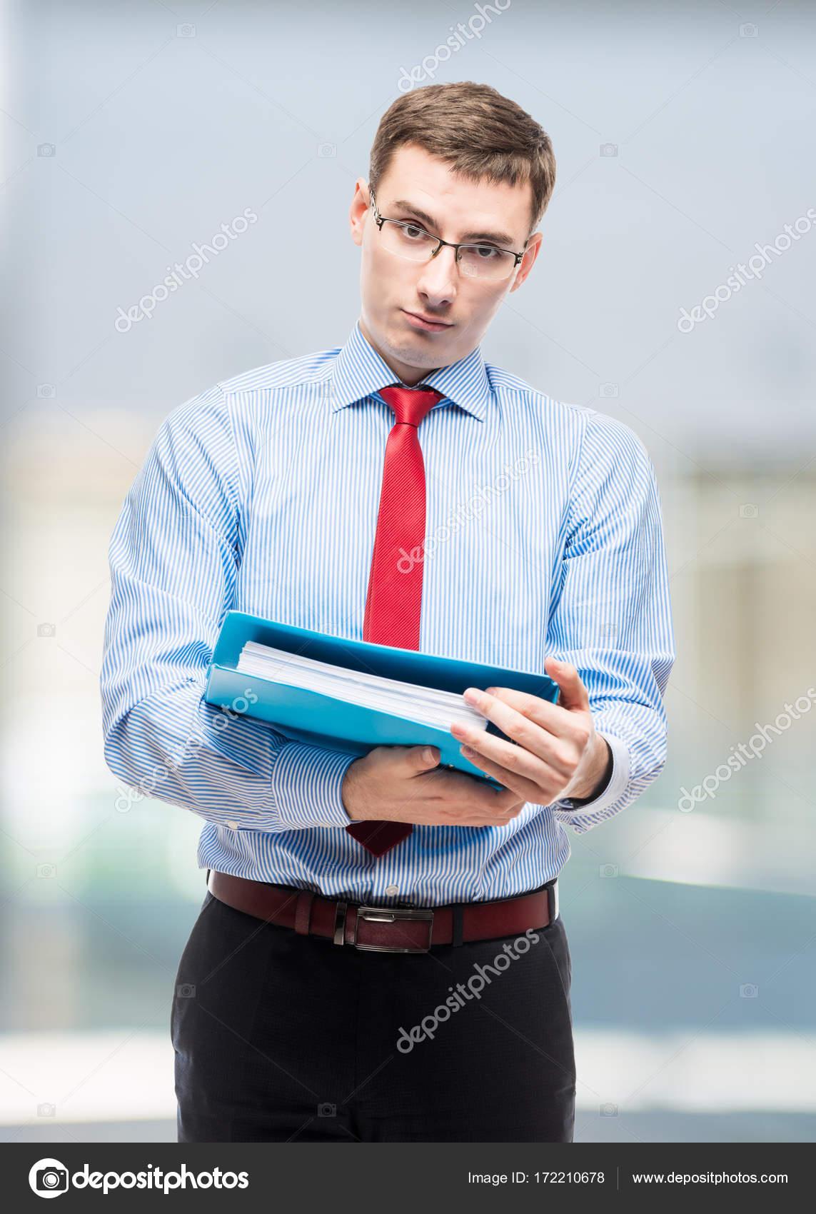 Retrato vertical de jefe contable con la carpeta en la oficina ...