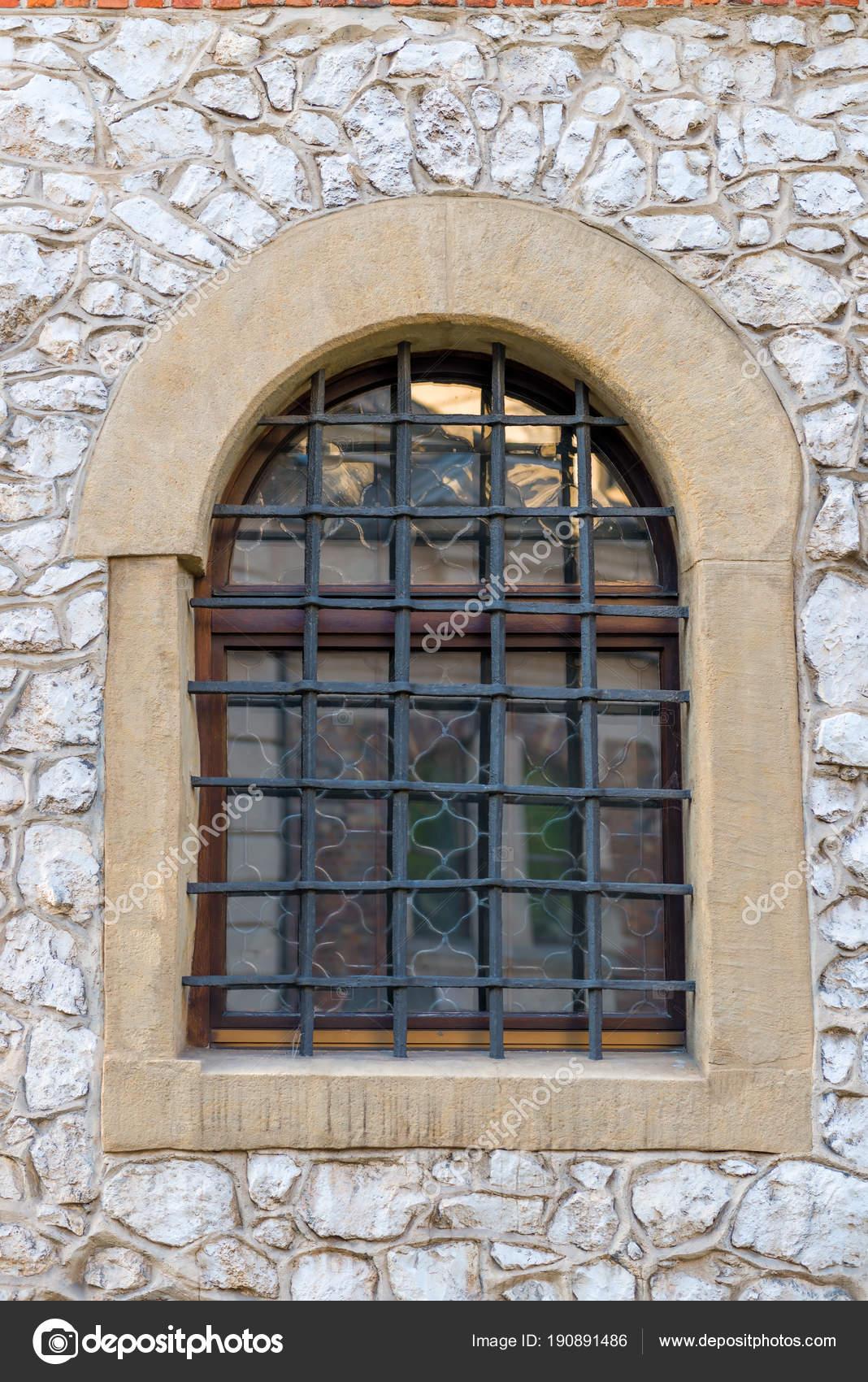 Finestra con una griglia di stile medievale nel castello foto stock kosmos111 190891486 - Finestre castelli medievali ...