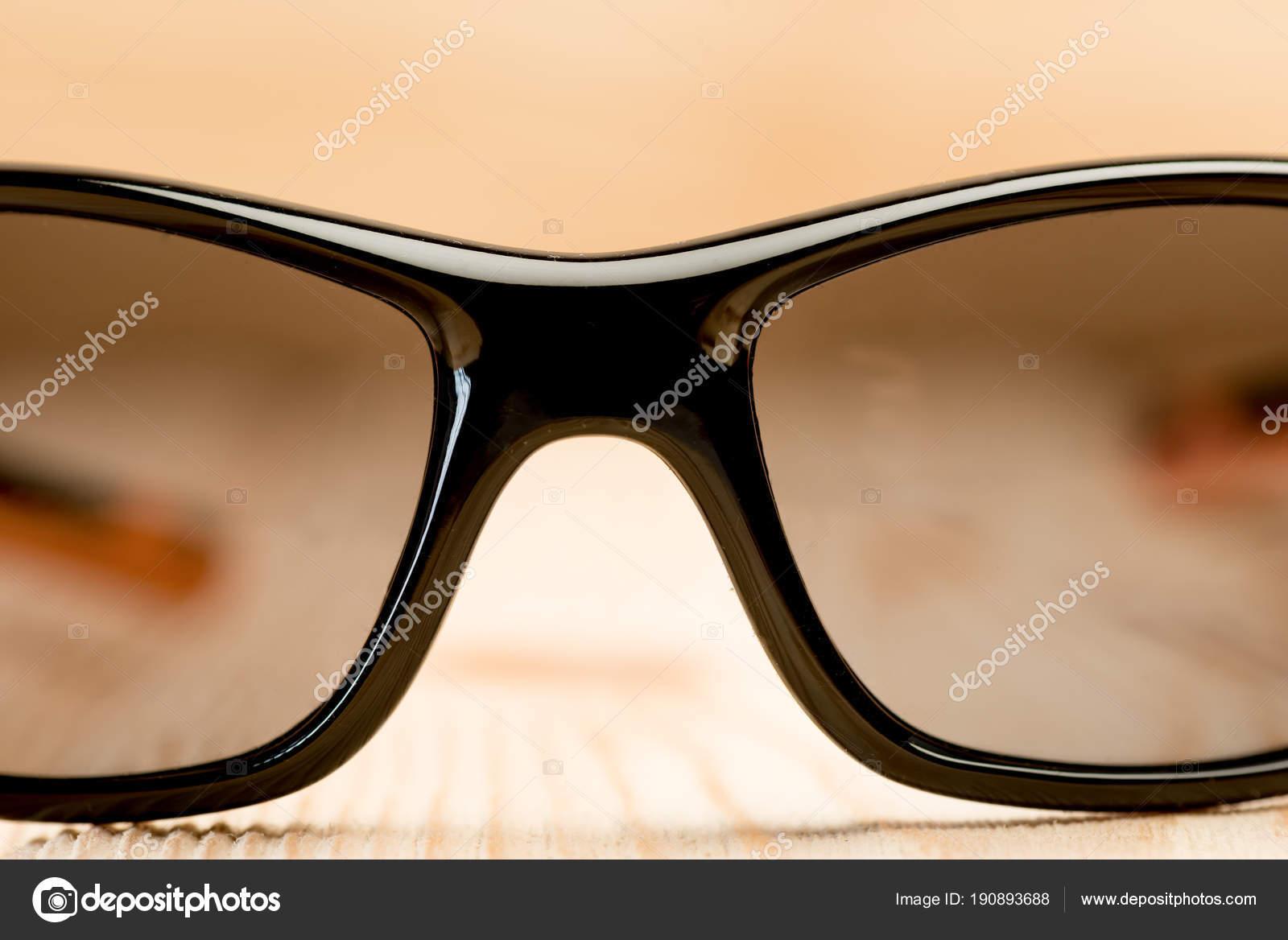 9bd255d3b3 γυαλιά ηλίου με πολωτικό γυαλιά βρίσκονται σε μια ξύλινη επιφάνεια ...