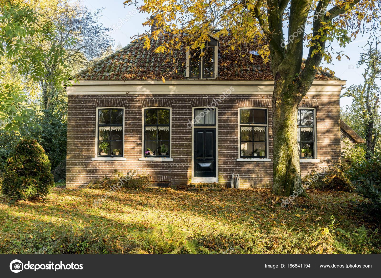 Giethoorn huis in de herfst u redactionele stockfoto kloeg