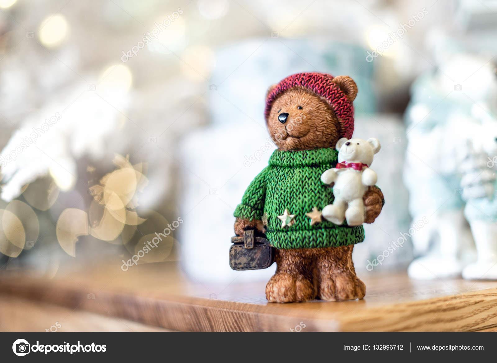 Fofo urso de pelúcia com presentes em bokeh de fundo — Fotografia de Stock f8a0071e77b4c