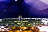 A víz csepp érdekes, színes, elmosódott háttér