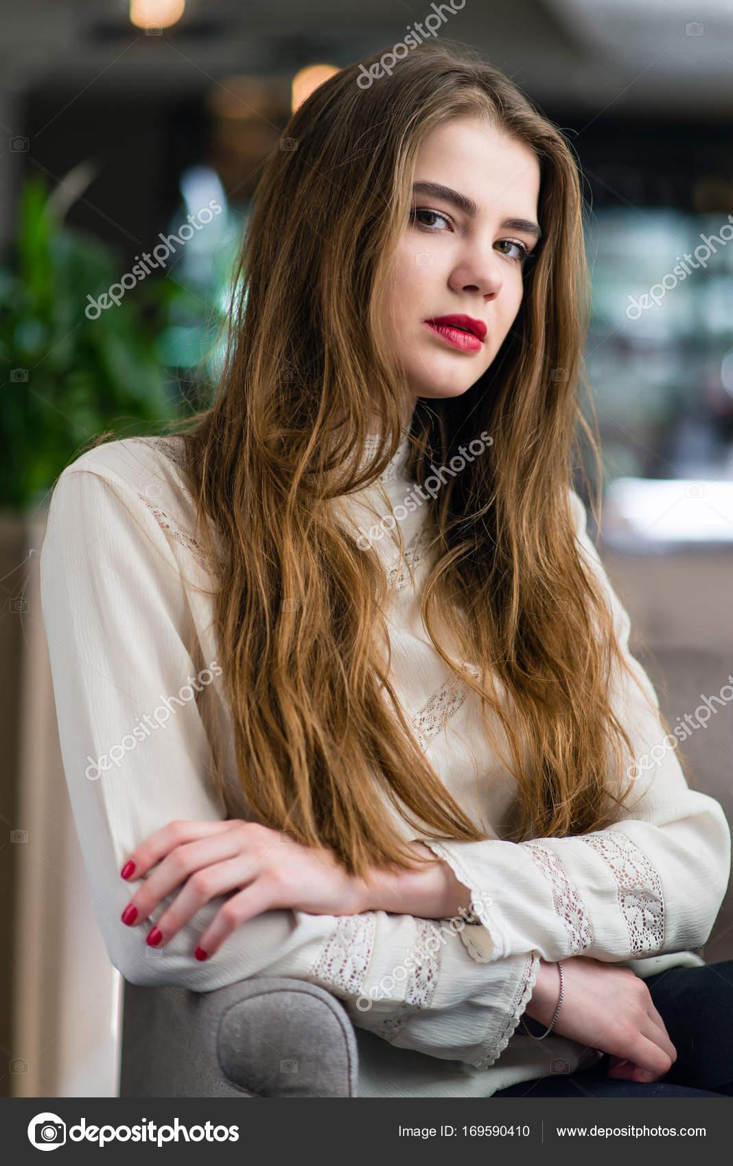 Schöne Junge Mädchen Mit Professionellen Make Und Frisur Sitzt