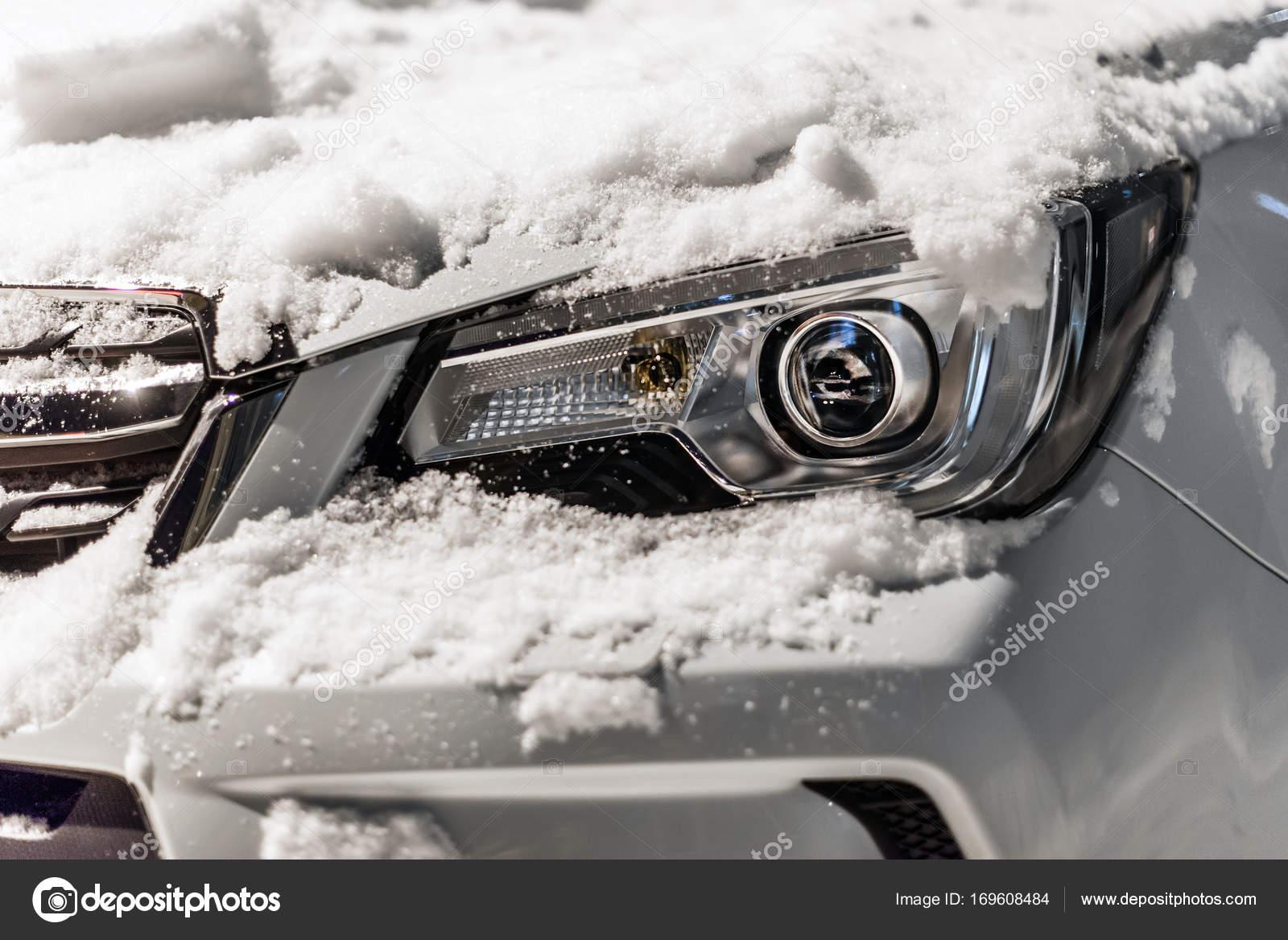 Auto verlichting onder de sneeuw — Stockfoto © Svyatkovsky #169608484