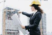 Portrét inženýr ženy při pohledu na konstrukci. Žena oblouk
