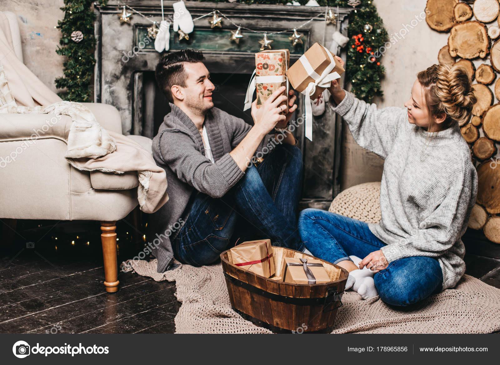 Regali Di Natale Romantici.Coppie Romantiche Che Scambio Regali Natale Casa Concetto Natale
