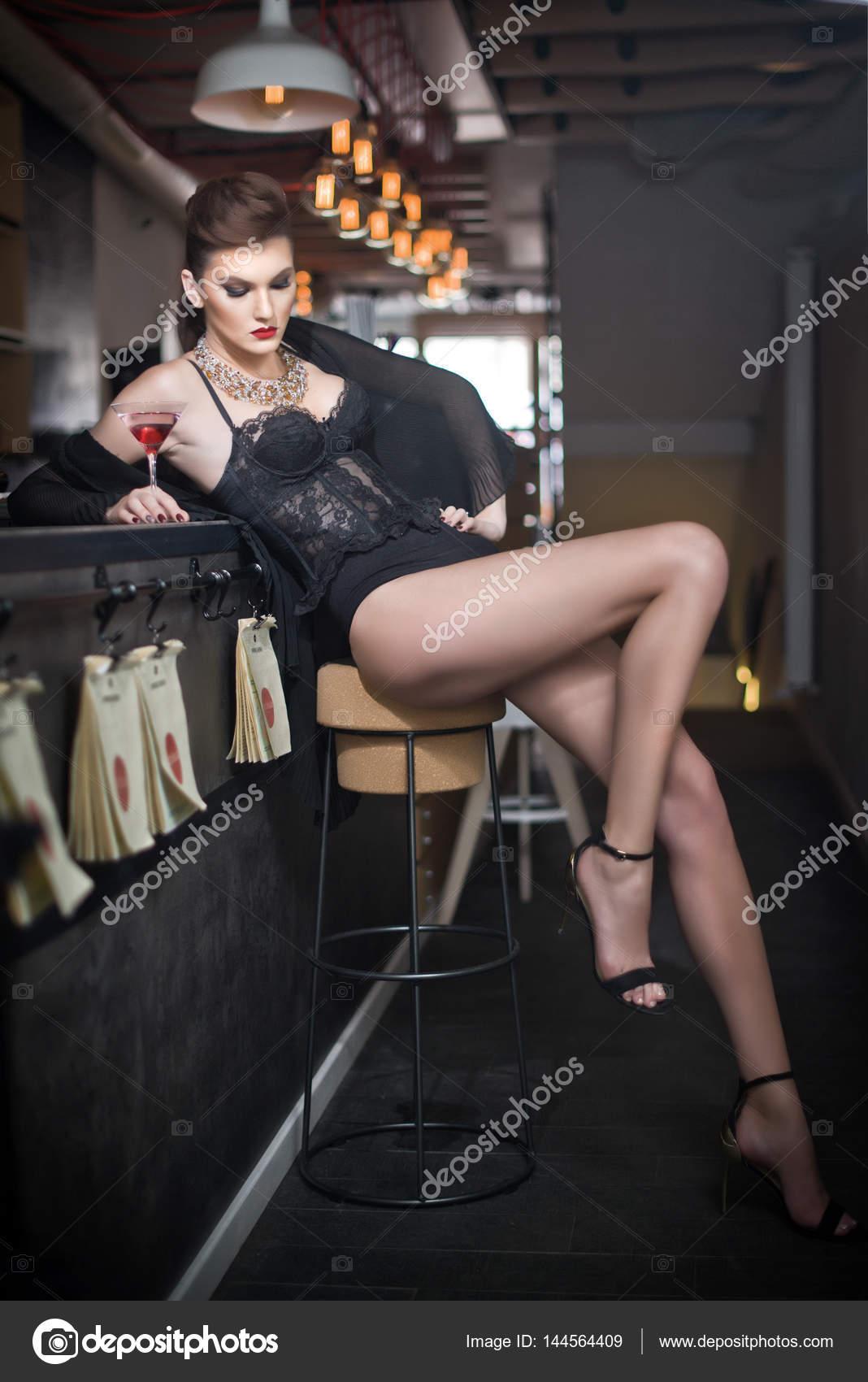 017db6e730b Fille sensuelle avec longues jambes et des talons hauts