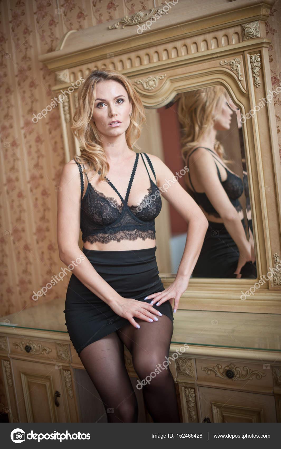 61fd55fe3 Jovem bela mulher sexy sutiã preto e saia curta