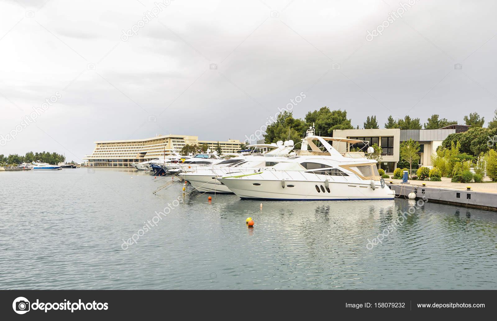 Moderne segelyachten  Yachten in der Marina verankert. Segelboot Hafen ankern viele ...
