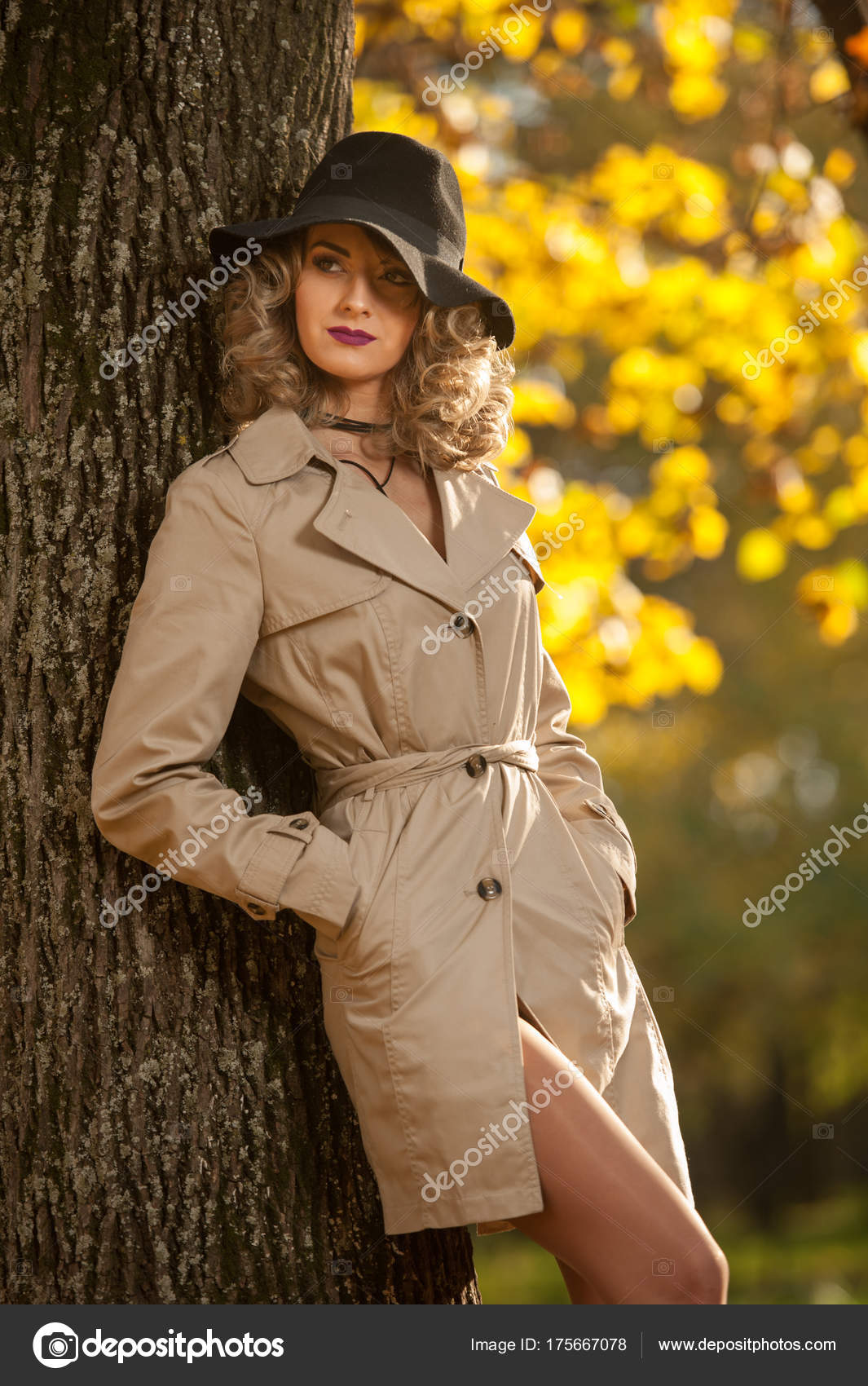 pretty nice ca01a d2654 Schöne Blonde Frau Mit Creme Fell Lange Beine Und Schwarzen ...