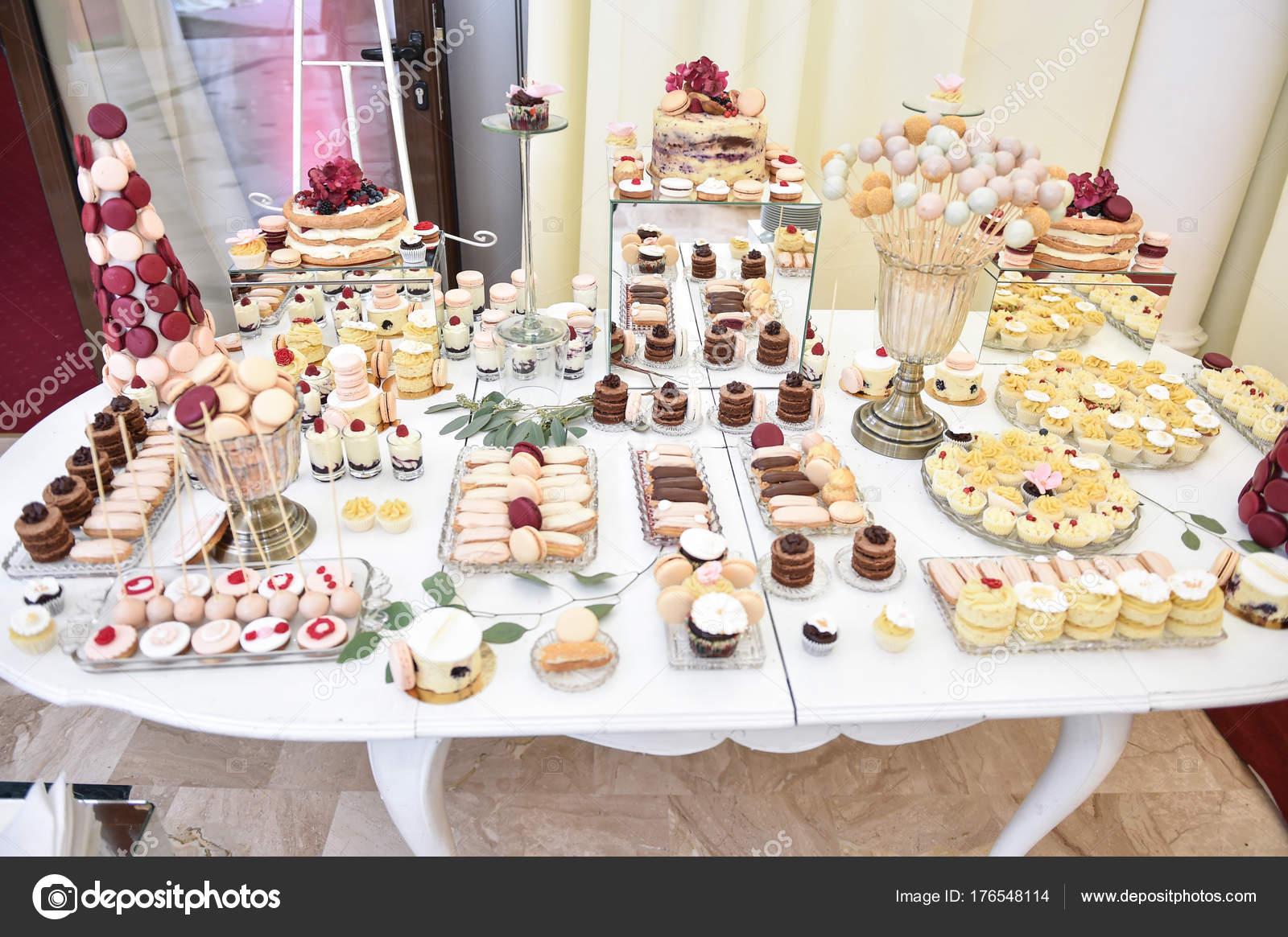 Hochzeit Dekoration Mit Pastell Farbigen Cupcakes Meringues Muffins