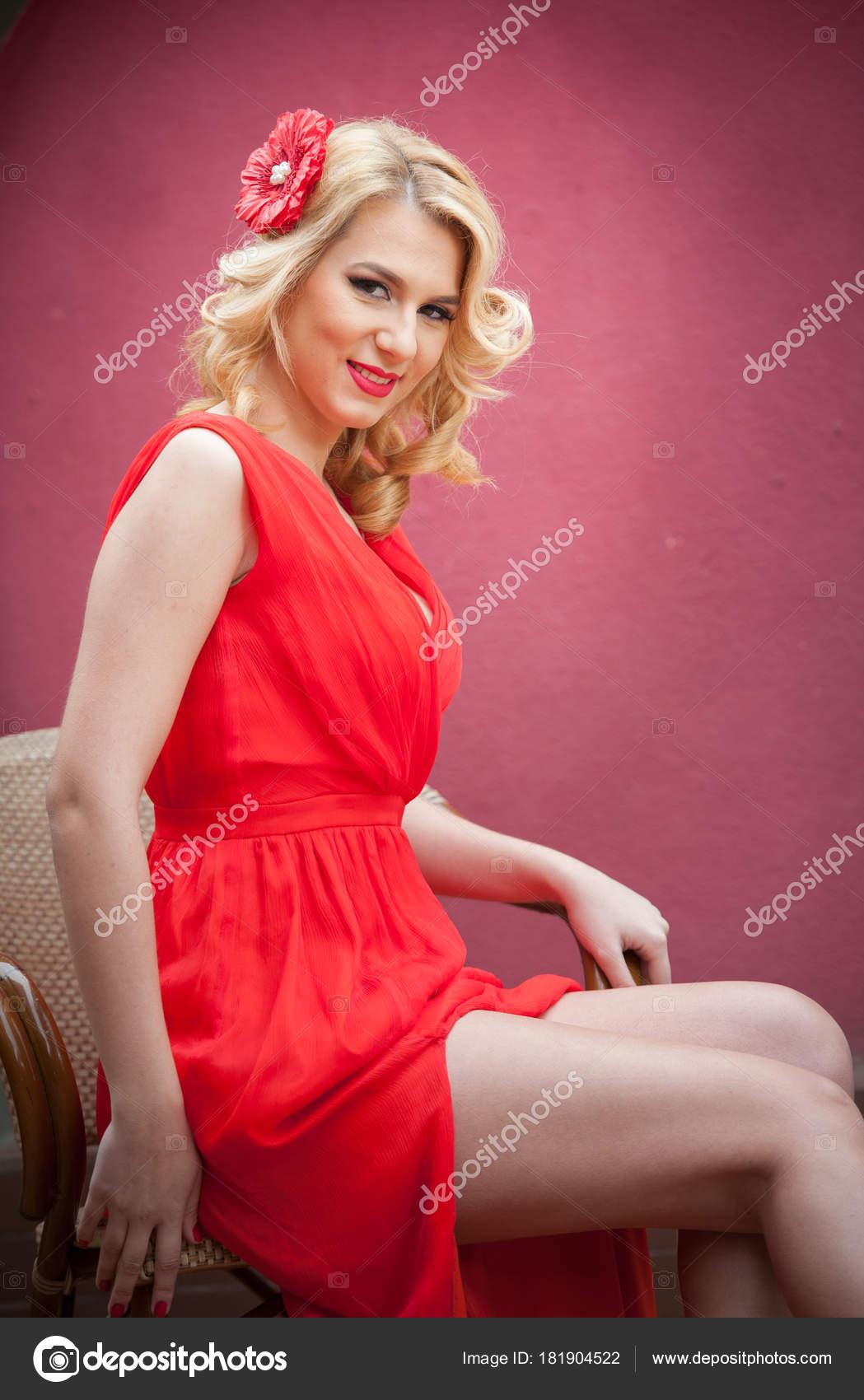 Schöne Frau im roten Kleid auf High Heels — Stockfoto