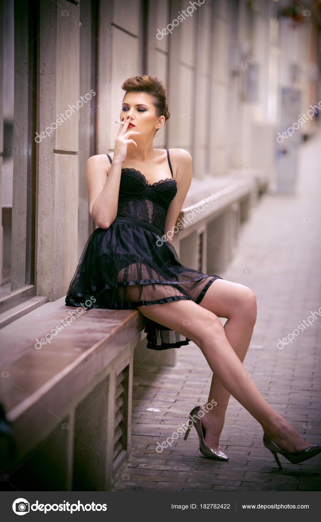 a7f1e9ccb68 Fille Sensuelle Avec Longues Jambes Courte Robe Noire Des Talons– images de  stock libres de droits