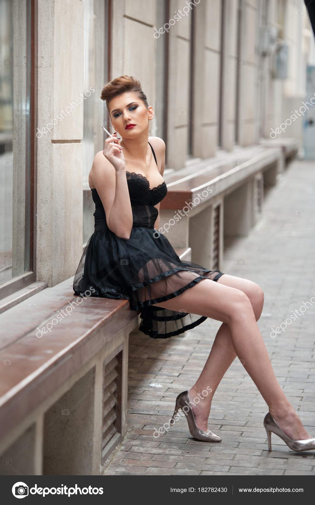 6fcbdba26f7 Fille Sensuelle Avec Longues Jambes Courte Robe Noire Des Talons ...
