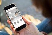 Fotografie žena procházení webové stránky design na smartphone