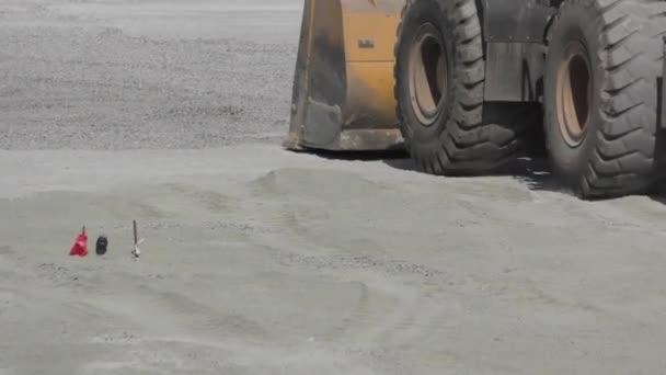 Traktorlader hebt Erde in einem großen Eimer während des Straßenbaus auf, Hintergrund, Industrie, 4k, multifunktional