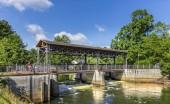 Fotografie Landschaft Foto des kleinen Flusses in der Nähe von Gebäuden In der Stadt Landsberg, Bayern