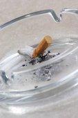 Fotografie Hausgemachte Zigarette im Glas Aschenbecher, Nahaufnahme