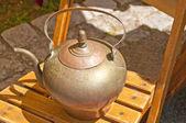 Fotografie Nahaufnahme Foto heißen Teekanne auf Holzstuhl im freien