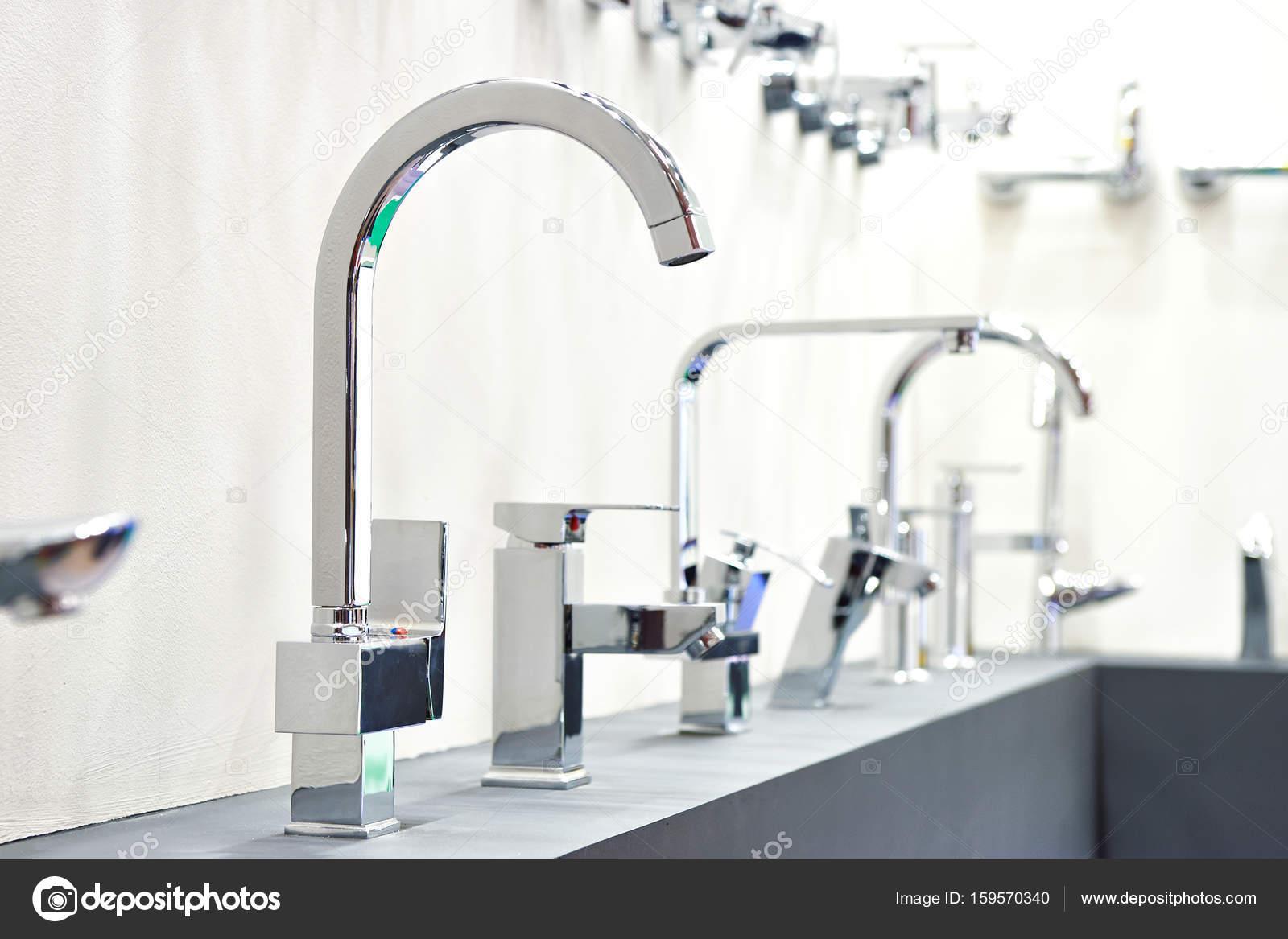Moderne Kuche Wasserhahne Im Store Stockfoto C Ryzhov 159570340