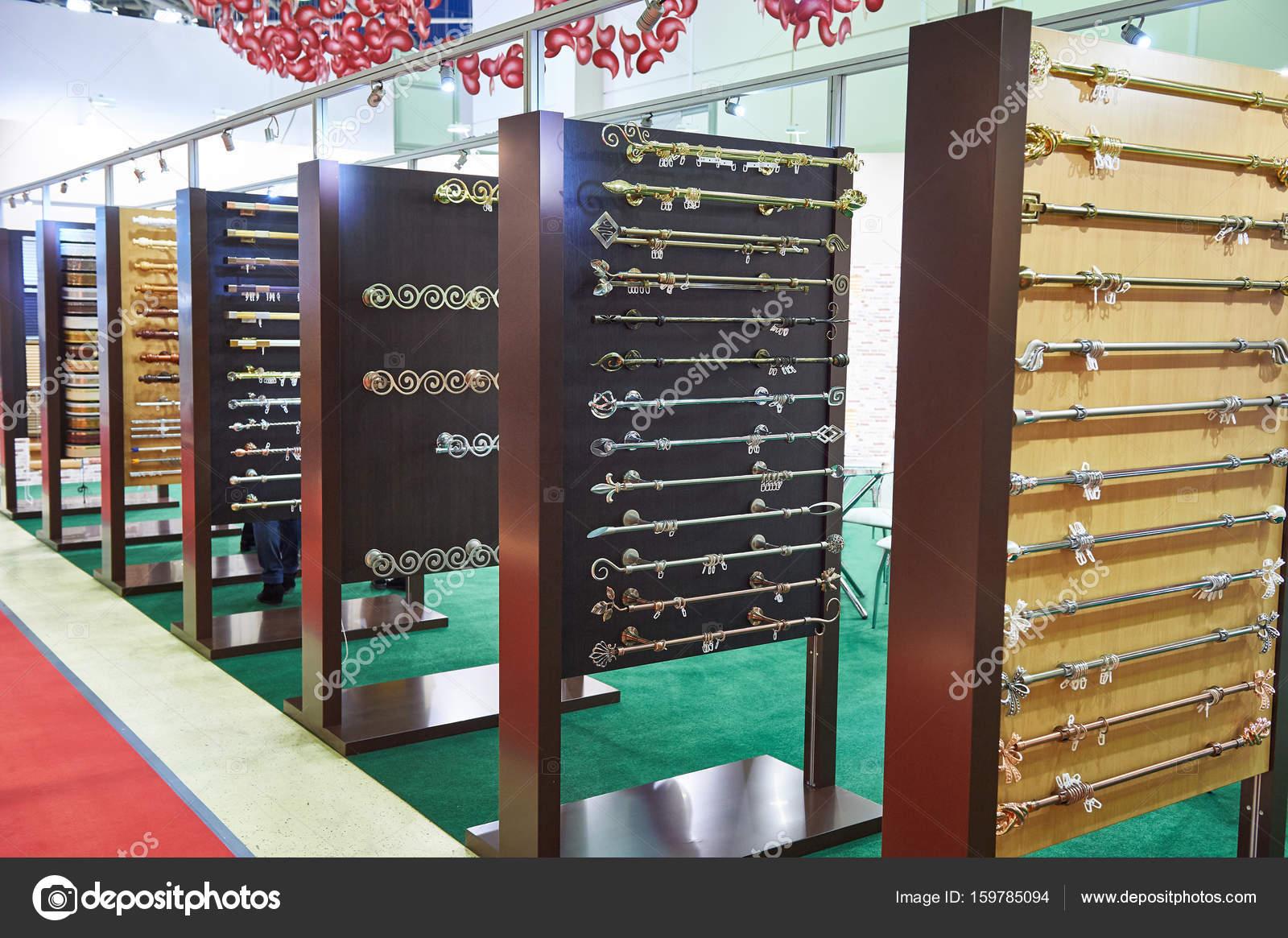 houders voor gordijnen in winkel stockfoto