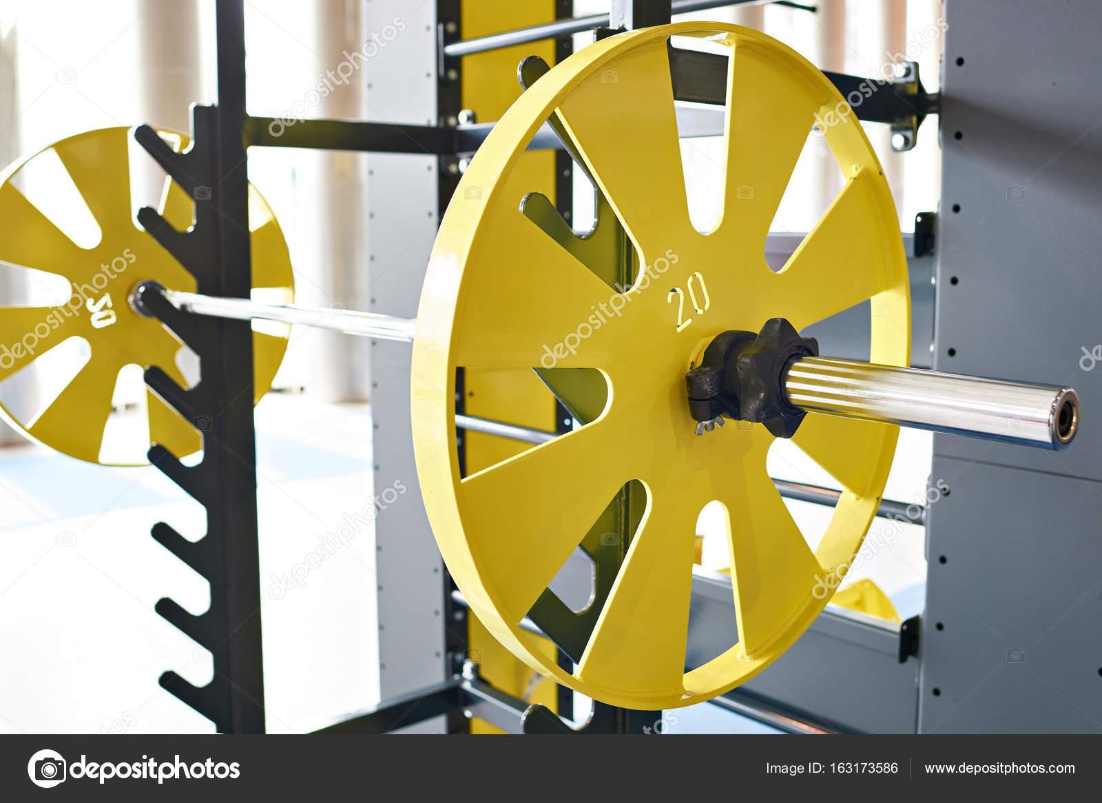 Langhantel auf Gestell in Sporthalle — Stockfoto © ryzhov #163173586