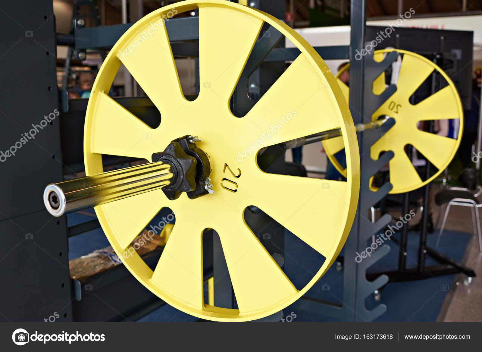 Langhantel auf Gestell in Sporthalle — Stockfoto © ryzhov #163173618