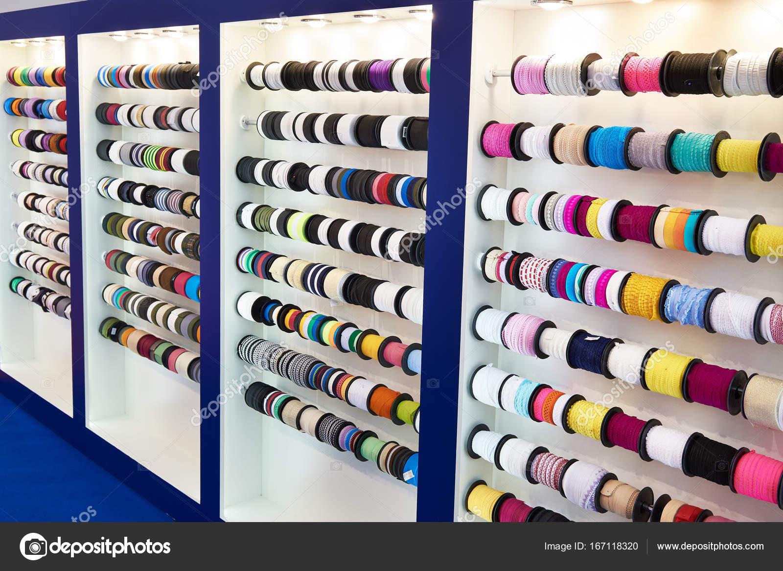 Bunte Bänder und Geflecht in Näherei — Stockfoto © ryzhov #167118320