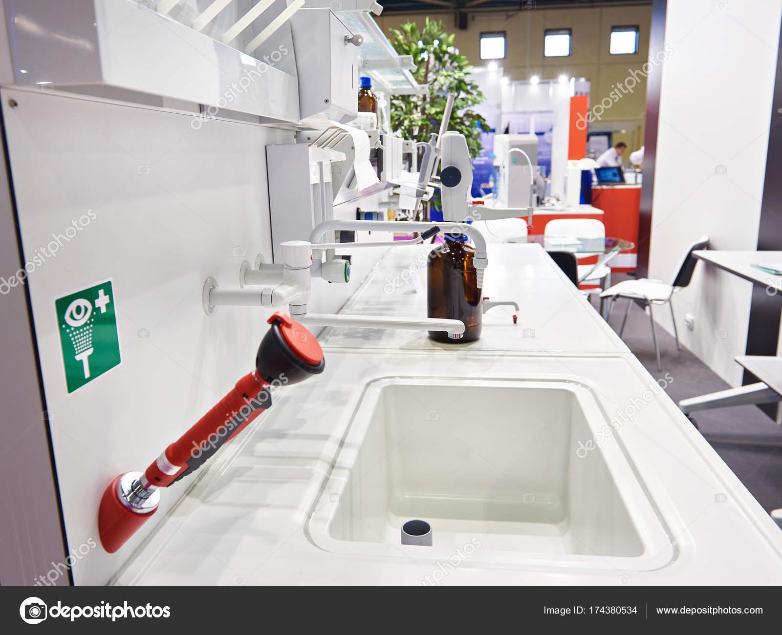 Banco Di Lavoro Per Laboratorio Chimico : Tavolo di lavoro in laboratorio chimico u foto stock ryzhov