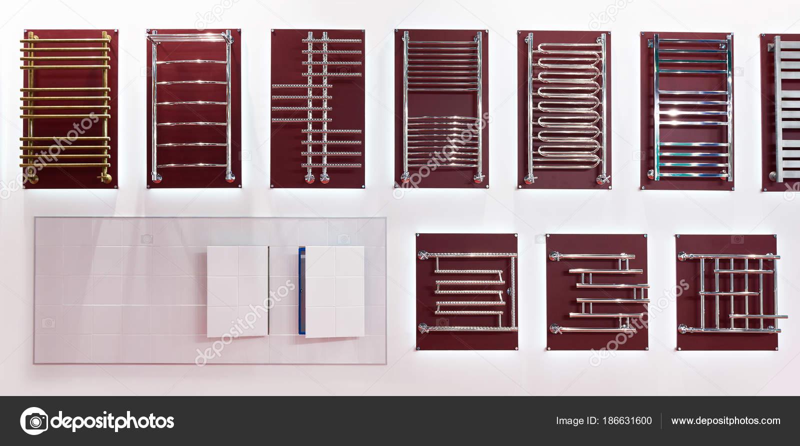 Radiatoren handdoekdrogers voor badkamer in winkel u stockfoto