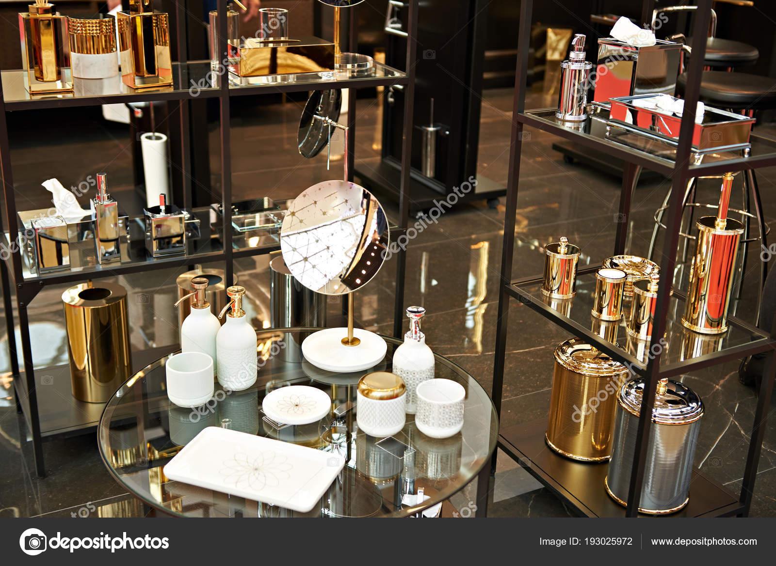 accessoires de salle de bains en or — photographie ryzhov © #193025972
