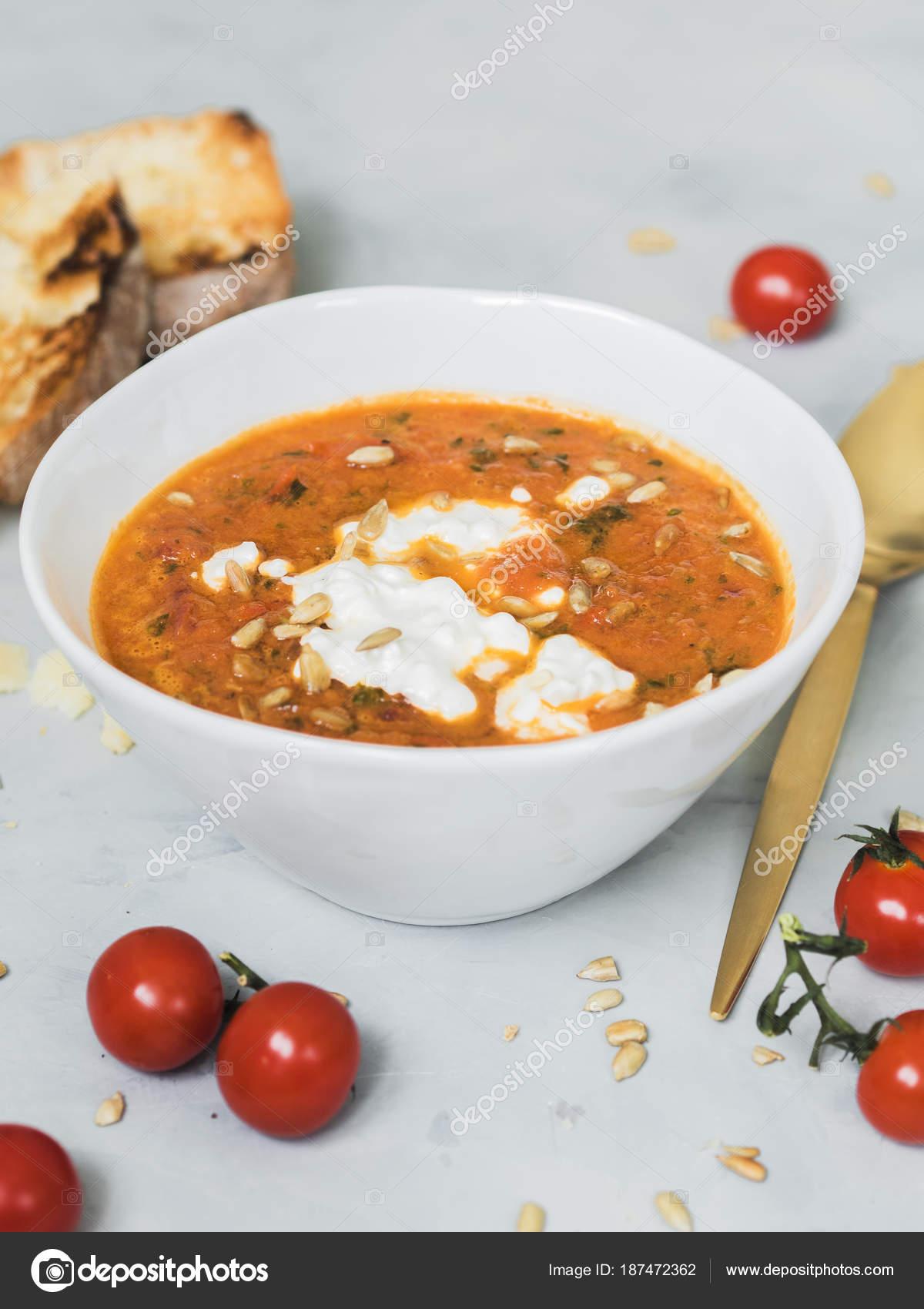 Tomatensuppe Mit Frischen Tomaten Dekoriert Mit Sonnenblumenkernen