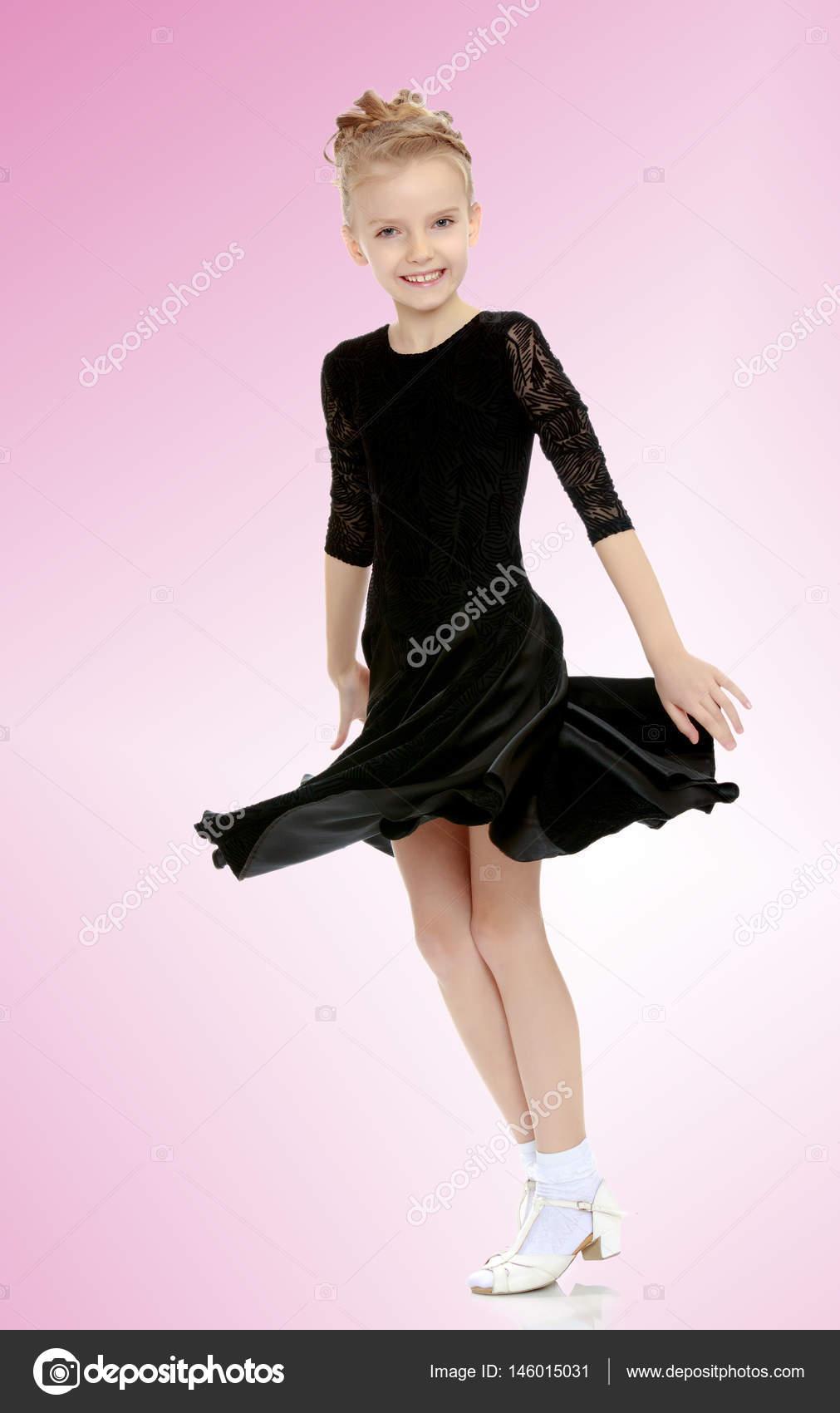 Pequeña bailarina hermosa en un vestido negro — Foto de stock ...