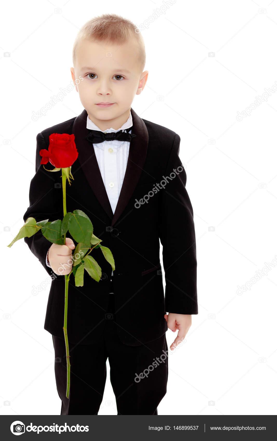 Ni o peque o con una flor rosa foto de stock - Foto nino pequeno ...